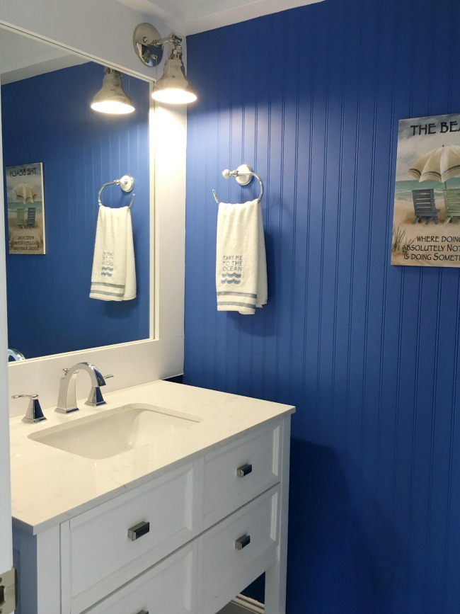 Coastal decor bathroom.